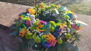 Urnenkranz für die Bestattung im Juni 2021 mit dem Thema Regenbogen